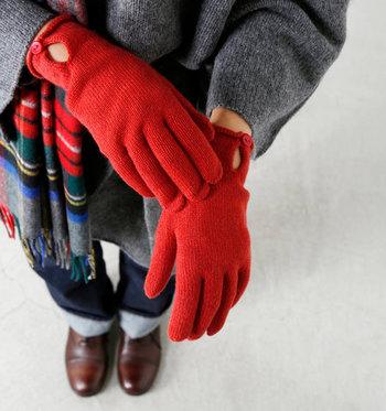 シンプルなこちらの五本指手袋は、カシミヤ100%で作られたリッチなアイテム。柔らかな肌触りと暖かさで、女性の手を優しく包み込んでくれます。手首でボタンを留めるデザインが上品で素敵。