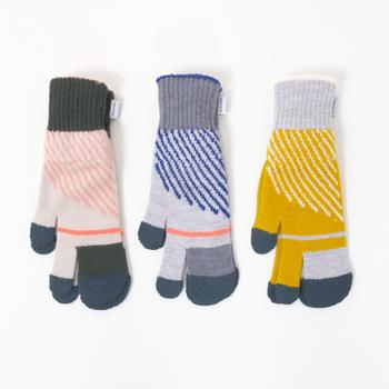 指を入れるところが3つに分かれた、ミトン風の手袋。北欧テイストのカラフルデザインが、大人のナチュラルスタイルにもぴったりです。タッチパネルにも対応しているので、スマホが扱いやすいのも魅力のひとつ。