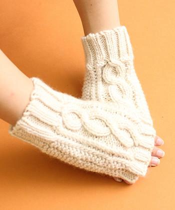 ざっくりとしたケーブル編みのニット手袋は、指出しながらもしっかり手を温めてくれるアイテム。同系色のニットと合わせて、繋がっているように見える着こなしもおすすめです。