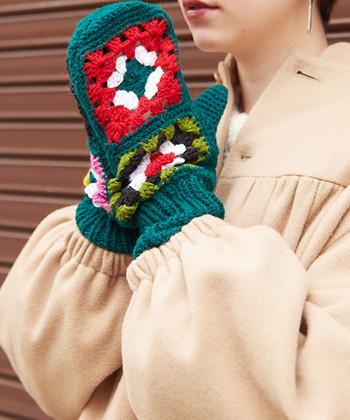 かぎ針編みで、ひとつひとつ手編みで作られているというミトン。ほっこりと暖かな印象与えるデザインで、おばあちゃんが手作りしてくれたかのような魅力が溢れています。