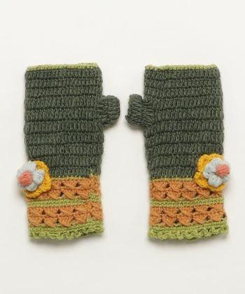 ウールニットで作られたハンドウォーマーは、渋みのあるカラーリングとお花のデザインが大人キュートな手袋。手編みのような風合いで、優しい印象を与えてくれます。