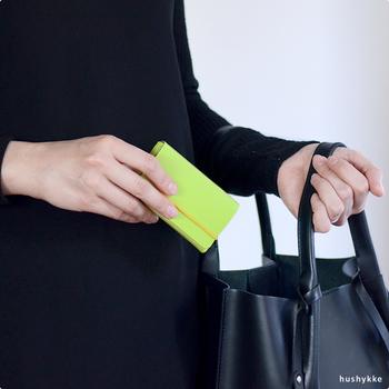 リサイクルレザーで作られたコンパクトなカードケースは、フィンランド生まれの北欧デザインが魅力的なアイテムです。