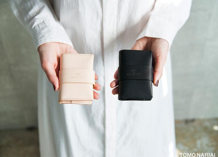 カードケースにコインケースを組み合わせたアイテムは、くるっとベルトを巻くようなデザインが新鮮。簡単に開け閉めでき、これ一つでちょっとしたお買い物にも行ける仕様が魅力的ですね。