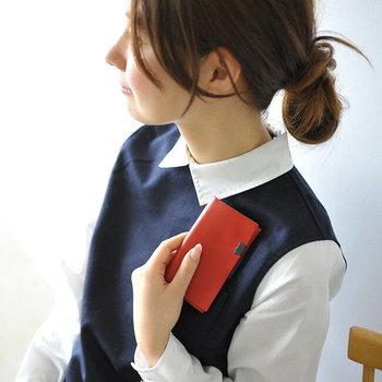 シンプルでコンパクトなサイズ感のカードケースですが、名刺であれば30枚ほどの収容が可能です。赤やグリーンのシンプルな革を使用し、使い込むほどに変わる表情が楽しめます。