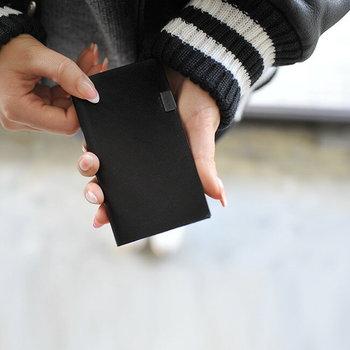 植物由来の革を使用し、日本の職人が通常の革よりも手をかけて作っているというこちらのカードケース。シンプルな黒で、ビジネスシーンでも使いやすいデザインです。