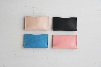 一枚の牛革を二つ折りにして、そのまま縫製したカードケース。とにかくシンプルな作りで、上からカードを差し込むとふっくらと膨らみます。単体で使用するのはもちろん、お財布にインして使う方法もおすすめです。