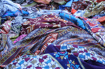 遡ること15世紀~17世紀にかけての大航海時代。交易品として、世界中に「インド更紗」がもたらされました。  「インド更紗」とはインド発祥の文様染めの布。天然の染料を用いて、手描きや木版捺染で、木綿の生地に柄を施す製造方法。それは庶民の普段着が麻から木綿へと転換する、大きな契機を生み、前回の「Vol.1」記事で触れたように、インドネシアのバティック、また日本にも影響を与えました。