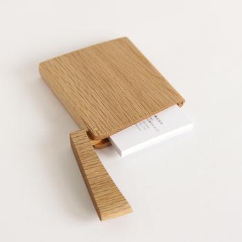 """""""INRO(インロー)""""というネーミングからもわかるように、印籠をモチーフに作られたカードケースです。片手で開閉できるつくりになっているので、とても扱いやすいアイテムです。"""