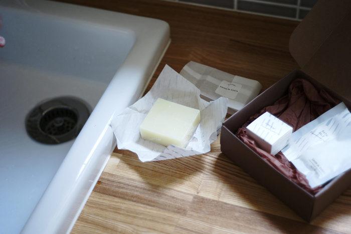 自宅で固形石鹸を使わないという方も多いですが、扱いやすい泡や液体タイプのソープよりも成分や使い心地にこだわったアイテムが非常に多いのが固形石鹸の特徴。  今回は数多くある石鹸の中から、成分やお肌への優しさにこだわった、素敵な自然派石鹸をご紹介します。大切な方へのプレゼントにもおすすめですよ。