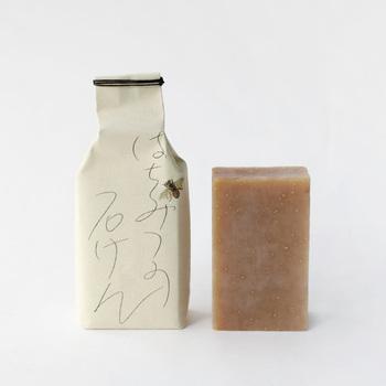 「Babaghuri(ババグーリ)」は、天然素材や天然塗料を使用した服や生活雑貨、家具などを取り扱うブランドです。こちらの石鹸は天然成分のみで作られ、シンプルなパッケージがギフトにもぴったり。