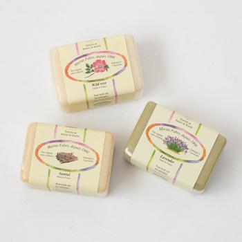 """フランスで、1000年以上も前から石鹸を作っている「 MARIUS FABRE(マリウスファーブル)」。  昔ながらの""""釜炊きけん化法""""で作られる石鹸は、地中海の潮風で自然乾燥を経てできあがります。100%天然植物性油脂を用いて作られ、オリーブオイルが配合されているため保湿力の高さも魅力です。"""