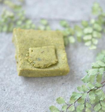 天然ハーブを固めて低温熟成して作られる、ナチュラルクレンジングキューブ。通常の石鹸に使われるような成分は一切配合されていないという、ちょっぴり変わった石鹸です。