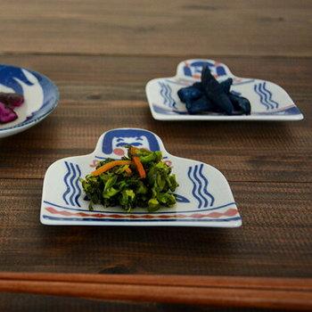 「印判手」の技法で作られた、こけしモチーフの豆皿です。4種類の表情があり、並べるとこけしの姉妹のようにも見えてきます。ぜひ、4枚揃えて使いたい豆皿ですね。