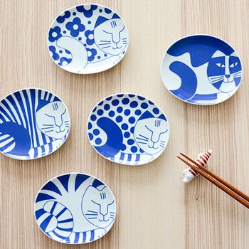 こちらもLisaLarsonが手掛けた豆皿で、日本文化に強い関心を持っている彼女が有田焼とコラボレーションしたアイテムです。白地に青の北欧デザインが映え、癒しを与える丸い猫が描かれています。