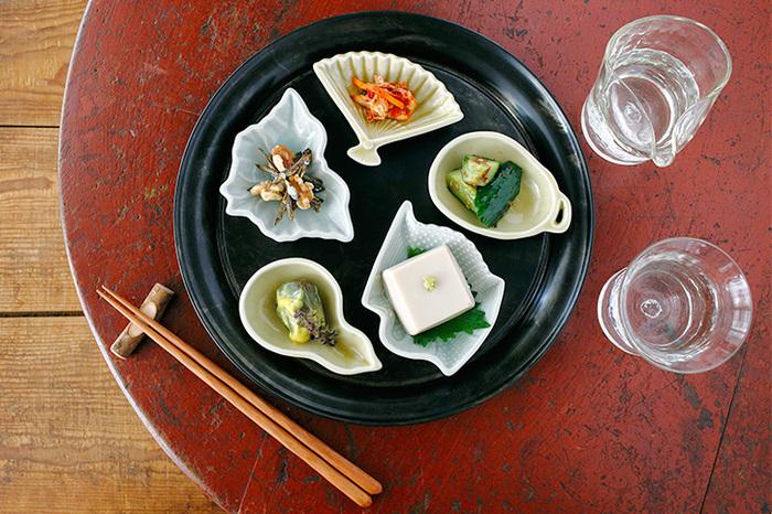 大正時代以前によく使われていた、ぽってりとした質感のある器を再現した豆皿です。鶴(長寿)・蝶(再生)などの意味を持つモチーフは、お祝いや人が集まる会食の席などで大活躍♪
