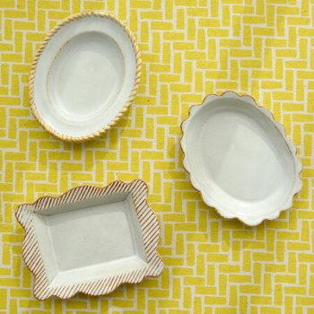 額をモチーフに作られた豆皿は、料理だけでなくキャンディーやお茶菓子などを乗せるだけでも画になるデザイン。小ぶりなお皿に小物を乗せれば、アート作品のようなキュートさが楽しめます。