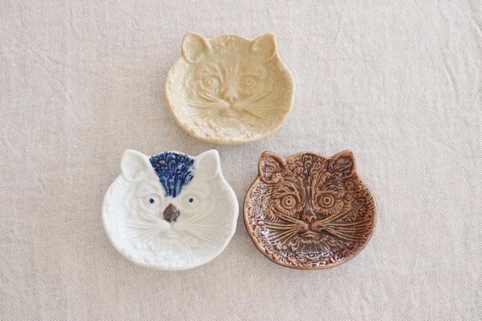 猫の顔を象った豆皿は、ちょっぴり怖い猫の表情が特徴的なデザインです。キュートな表情をしている訳ではないけれど、何だか気になる存在。見れば見るほど愛着が湧くような、不思議な豆皿です。