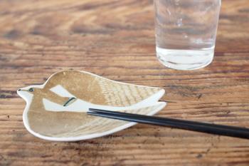 こちらも「印判手」の技法を用いて作られた豆皿。描かれているのはアホウドリで、ふっくらと丸みのある羽やつぶらな瞳が、愛らしい一枚♪