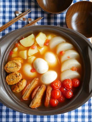冬になると食べたくなる「おでん」。でも何度か食卓に並ぶと飽きてしまうという方も多いのでは?そんな時は、トマト缶を使って、イタリアン風のおでんに変身させちゃいましょう!見た目もとても華やかなので、おもてなしでも使えそうです。