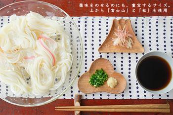 陶器ではなく、くるみの木を使って作られた豆皿です。富士山や松などの和のテイストをモチーフにしていて、セットでギフトとして贈っても喜んでもらえそうですね。