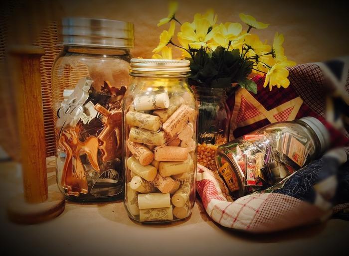 キッチンにある細々した小物類もクッキージャーに収納すると一目でわかって、いざ使いたい時に取り出しやすくて便利です。