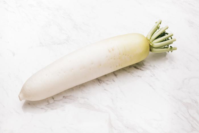 大根は、比較的手に入れやすい食材ですが、特に甘みが増しておいしくなる旬の時期は11月~2月です。おいしい大根を選ぶには、全体的にハリがあって、手に持つと重みのあるものを。カットされているものは、断面がキメの細かいものが良いです。