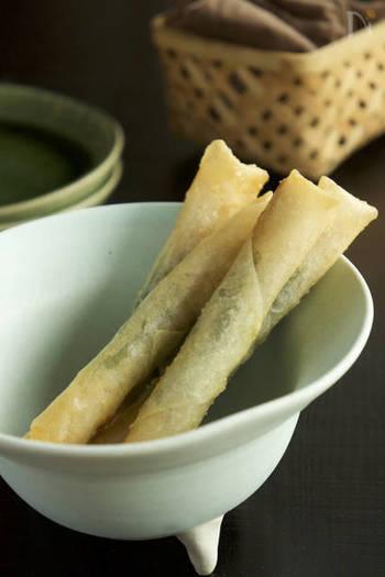 あと一品ほしい時にお役立ちのレシピ。ツナと梅干をボウルで混ぜたら、大葉と一緒にくるくる巻いて焼くだけで完成。大葉が苦手な方は、抜いてもおいしくできますよ!