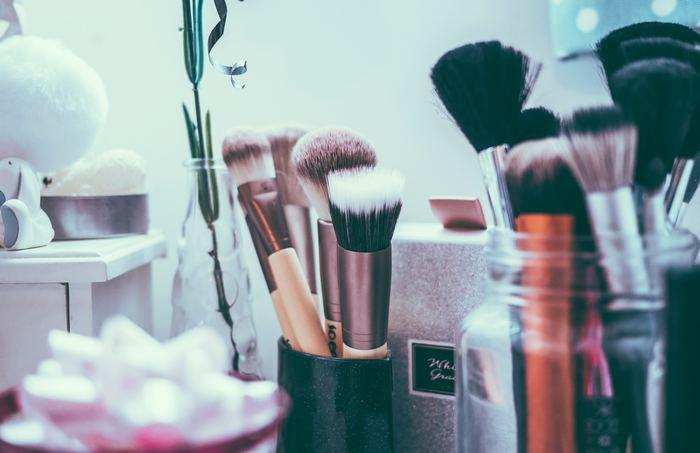 小さい化粧道具や化粧品もクリアなガラスジャーに収納すればスッキリと片づきます。