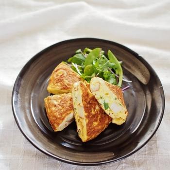 こちらのオムレツは、巻かずに半分にパタンと折るだけなので初心者さんでも安心して作れるレシピ。切干大根とちくわのほっとする味わいをお楽しみください♪