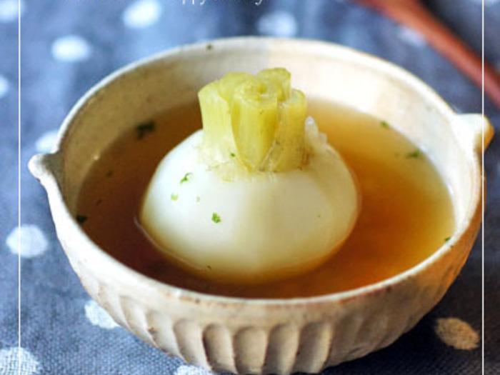 「小カブの丸ごと和風コンソメスープ」の、小カブが丸ごと入っている見た目から、ほっこりとしませんか?優しい味わいのスープを、小カブをスプーンでくずしながらお召し上がりください♪