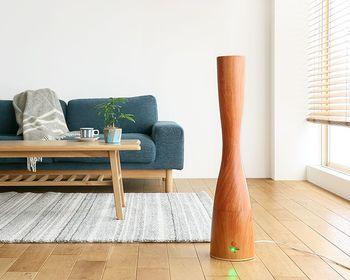 フランス語で「砂時計」という意味の名前を持つ加湿器。木の温もりを感じさせる素材感と、シェイプされたラインが素敵。