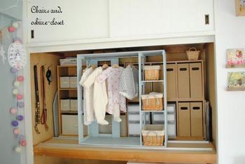 押入れサイズのカラーボックスや収納棚も、使いやすいアイテムです。 奥行きが深い押入れでは、キャスターやレールを付けて可動しやすく工夫すると、より使い勝手が良くなりますね。