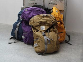 バックパックは英語で書くと、【backpack】と書きます。backは背中、packは背中に背負う荷物などを指します。