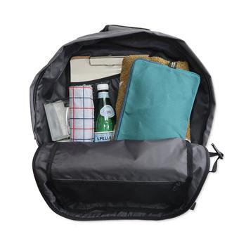 旅行に必要な細々としたものや着替えまで、たっぷり入るサイズです。またこちらのバックパックは、荷物の量に合わせてサイドのアジャスターベルトの幅が調整できるので、行き帰りの荷物の量に合わせてボリュームを変更できるのも嬉しいですね。