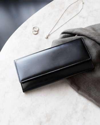 水シボ特有の、艶のある表情を楽しめるフランス製レザー「フレンチボックスカーフ」を使用した長財布。やや弾力を保ちつつ、しっとりとした滑らかな手触りも大きな魅力。  フォーマルスタイルにもぴったりな高級感、凛とした美しさを放ちます。