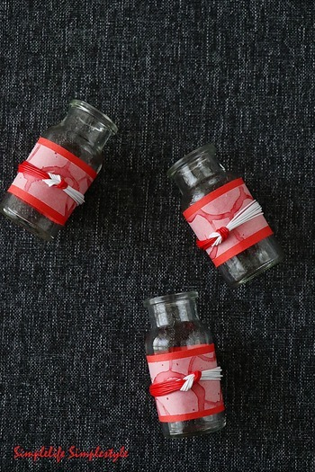 小さくて可愛い空き瓶に、折り紙などをくるっと巻いて、その上から紅白の水引でぎゅっと結びます。