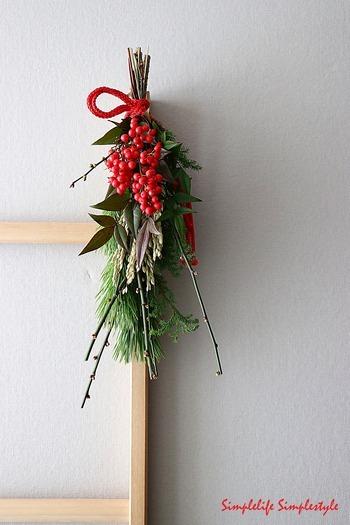 束ねるだけなので簡単に自分好みを作ることができる、自家製のスワッグ。しめ縄飾りとは少し異なりますが、松、南天など縁起物を使っているのでお正月感を演出できますね。アイデアが光ります。