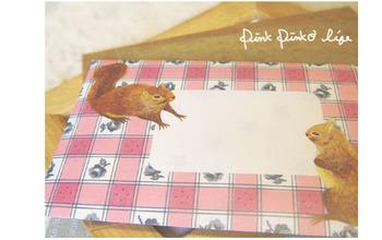 いつもはメールで済ませている連絡も、たまには手紙を書いてみると普段とは違う感情に気づくかもしれません。手紙を書く時間のために、素敵な便箋と封筒を見つけるというのもいいですね。季節の切手などにもこだわってみると、もらったお友達もさらに嬉しい気持ちになれそうです。