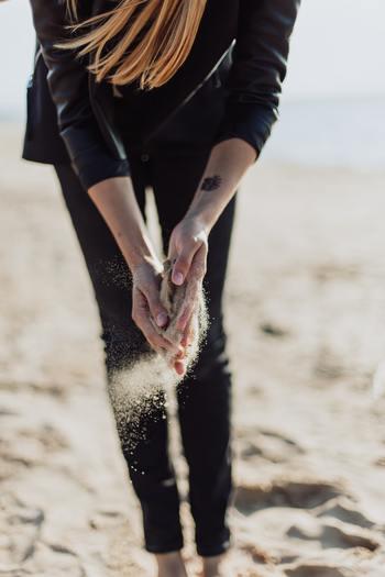 大人が感じる時間の流れの速さは、ひとつではなくいろんな要因が絡まっています。でも、間違いなく言えるのは「歳を重ねるごとに時間は速く過ぎ去るように感じる」ということではないでしょうか。