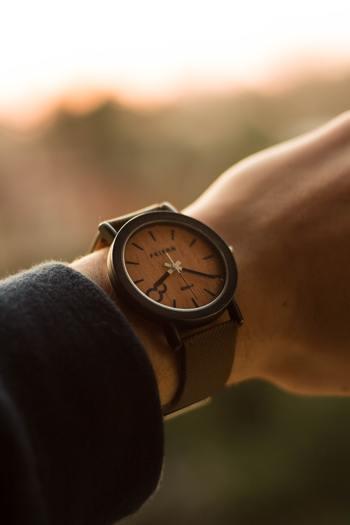 その他に、時間を気にすればするほど進みが遅いとも言われています。つまらない時には何度も時計に目をやり、なかなか時間が経たないと思うものですが、楽しい時を過ごしていればあっという間ですよね。