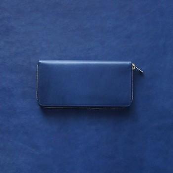 女性男性、トレンドも問わず、唯一無二の存在感を放つ、藍染革の長財布。  革の表面にみがきをかけ、上品なつやと手触りにこだわり・・・と、試行錯誤のうえ出来上がった藍染革[migaki]を使用しています。