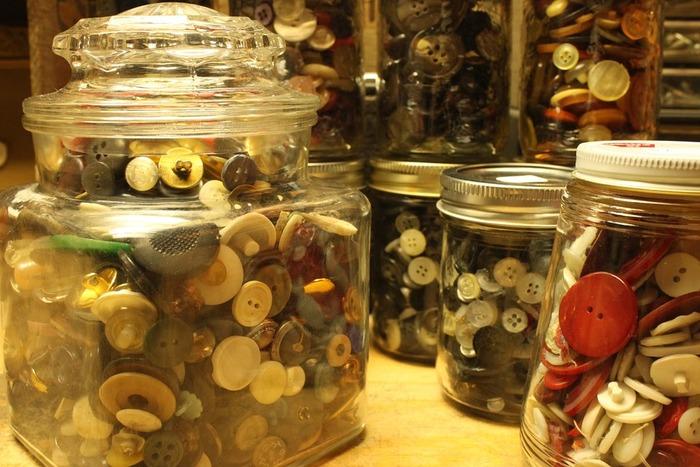 ボタンや指ぬき、メジャーなど細々としたものが多いお裁縫道具も外から見えるガラスのクッキージャーに収納すると便利で可愛いです。