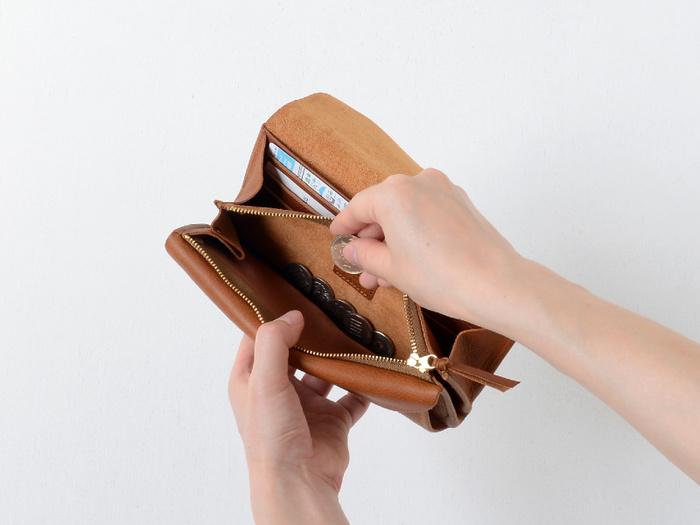 実はとても大容量で、収納力抜群。お札入れの後ろ部分には6箇所のカードポケットがついているので、お札と一緒に見渡せますよ。また、マチがついた小銭入れはこのうように、小銭を取り出しやすいデザインになっています。