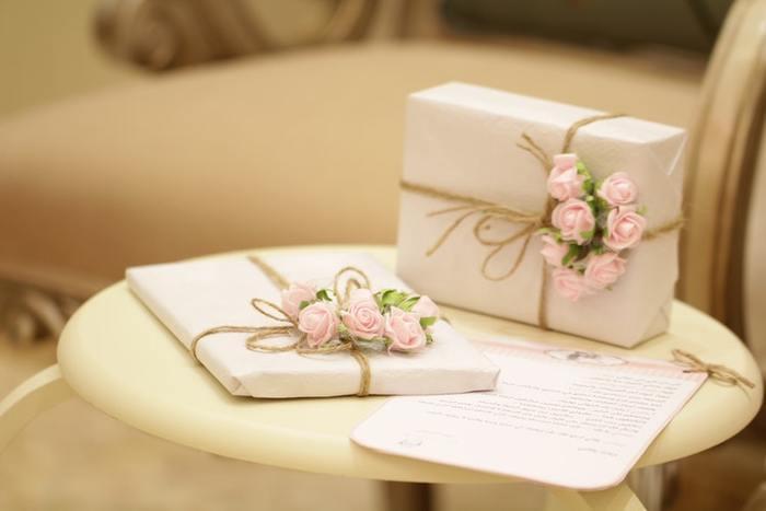 結婚する2人を祝福して贈る「結婚祝い」。お幸せに…の気持ちを最大限に伝えたいからこそ、失礼がないようにと慎重になりますよね。今回は、ご祝儀袋の書き方や「のし」の選び方、金額の相場など気になるあれこれをまとめてみました。