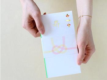 ご祝儀袋、お祝いの品の「のし」には「結びきり」という一度だけのお祝いに使われるものを選びましょう。 表書きの名前は、濃い色の筆ペンや毛筆で。中袋には、漢数字で金額、住所、氏名を記入しましょう。慶事の外包みは、裏側の下の折り返しが上に重なるようにして慶びを「受け止めて」くださいね。