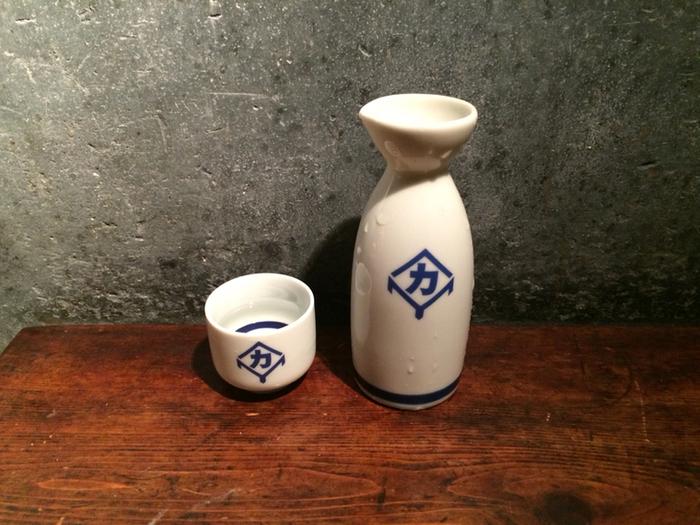 お座敷でゆったりお酒やお料理をいただくこともできますが、神楽坂をより楽しむなら土間での立ち飲みスタイルがおすすめ。岩手の純米吟醸「南部美人」や、福島の「花泉 純米にごり酒 火入れ」など日本酒のメニューも豊富。寒くなったら熱燗でいただくのもいいですね。