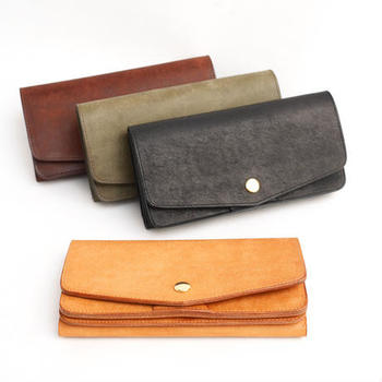 二つ折りのハーフウォレットも人気ですが、よりファッション性が高いロングタイプのお財布をご紹介。  使い込むほどに深みや艶がでる、イタリアのタンニン鞣しの革を使用。くったりとした柔らかい質感が、写真からもよく感じ取れます。