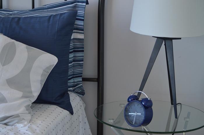 ベッドサイドに置く時計などの小物類もブルーにすると統一感が出ます。視覚からリラックス効果をもたらしていきます。