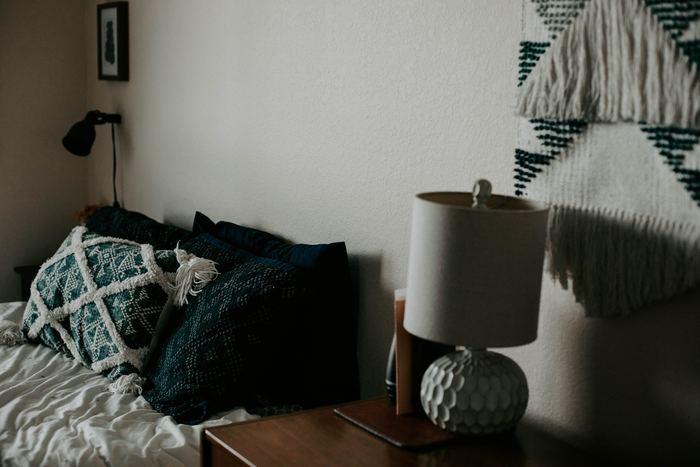 グリーン系でまとめたベッドサイドです。深みのあるグリーンを使っているので、飾らない素朴な感じが素敵です。
