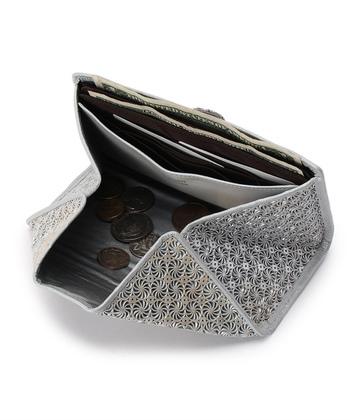 通常の長財布より、ちょっとこぶりなミニサイズのタイプで、このようにスナップをはずして開けると、本体が小銭入れになります。  このように品のよさを放ちつつ、広々と小銭入れを見渡せる、才色兼備なデザインです。